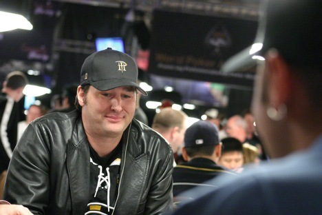 Phil Hellmuth sizing up Daniel Negreanu at the 2008 WSOP