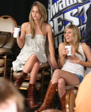 Hot Girls Railing at the 2008 WSOP